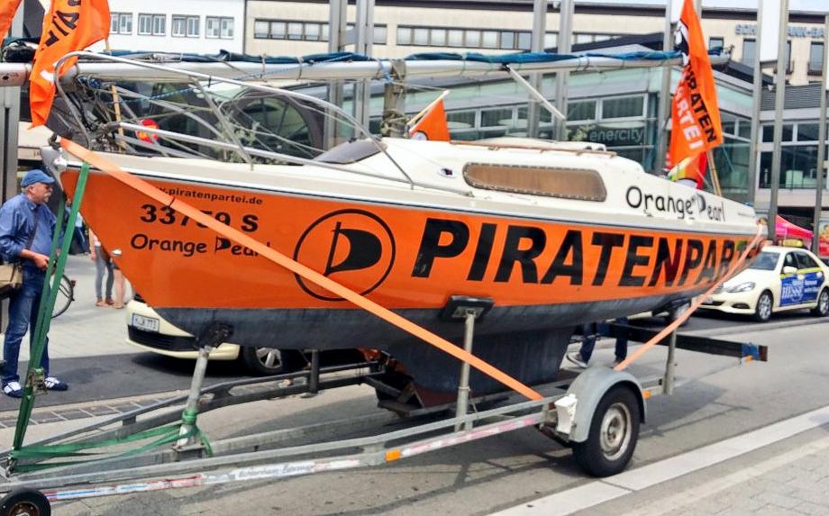 """Foto des Piratenschiffs """"Orange Pearl"""", das auf der Parade des CSD Hannover mit dabei war"""